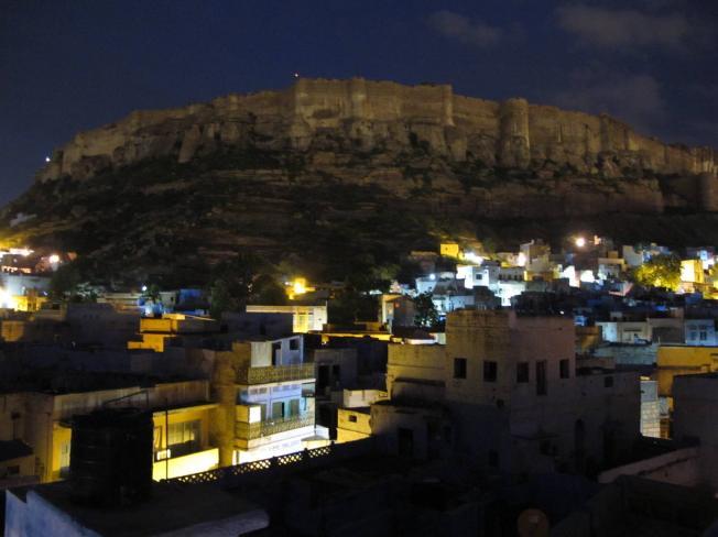 şafak sökerken Jodhpur kalesinin görkemli duvarları
