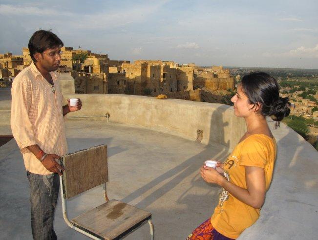Otelimizin terasında Suraj ile çay sohbeti :)