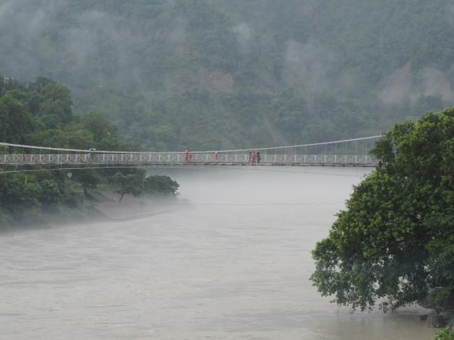Muson yağmuru altında hüzünlü ve güzel Rishikesh