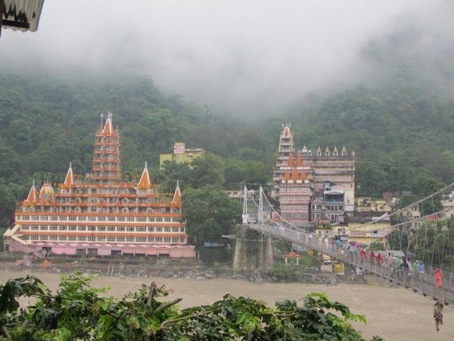 Devraj Coffee Corner'dan Shri Trayanbakshwar (nam-ı diğer pasta tapınak) ve Lakshman Jhula köprüsü manzarasi
