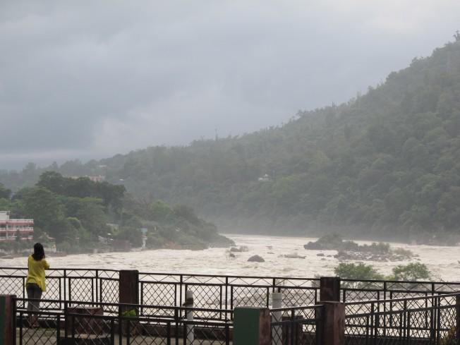 Aşramımızın terasından Rishikesh manzarası