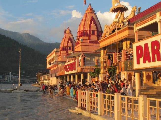 Ganga aarti törenini beklerken