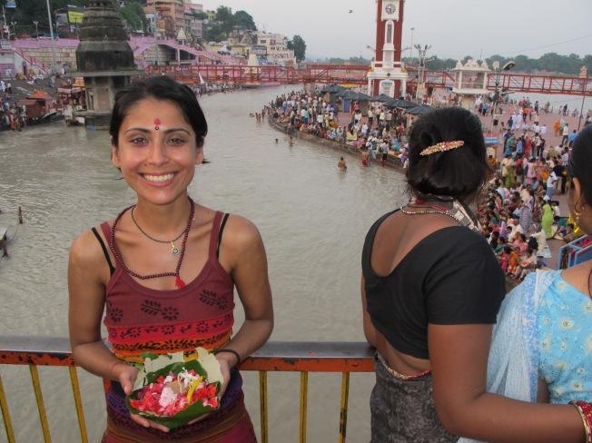 Haridwar'da Ganga aarti törenine hazırlık. Ben de çiçeğimi aldım, törene katılacağım!