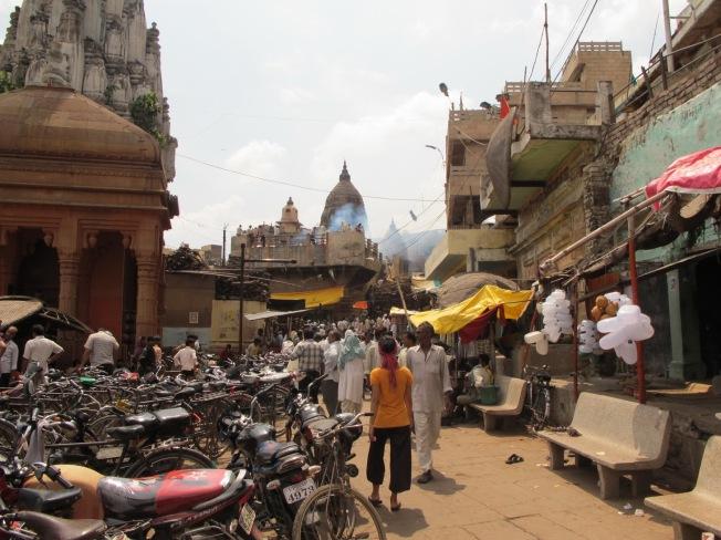 Varanasi sokakları ve uzaktan görülen ölü yakma töreni