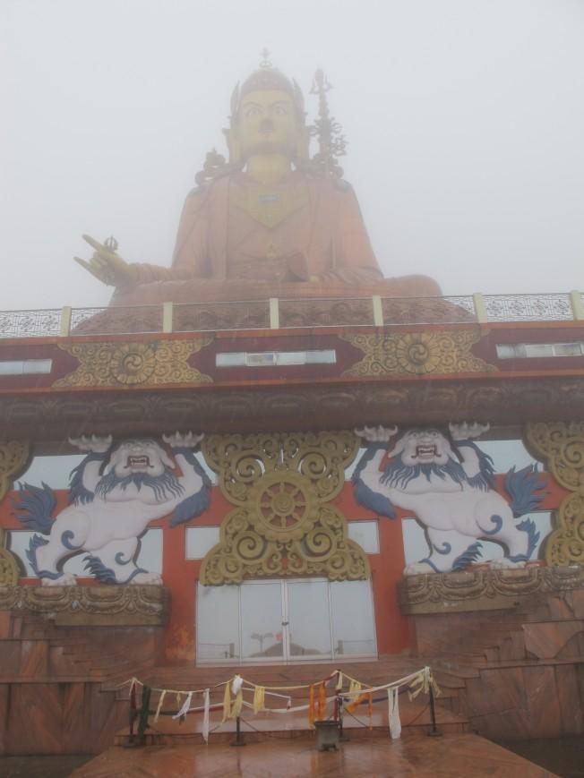 Namchi'deki dev Buddha heykeli, yagmur altinda daha bir kasvetli