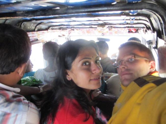 Sikkim'deki dolmuş-ciplerde seyahat. Arka koltuğu yedilemiş durumdayız :)