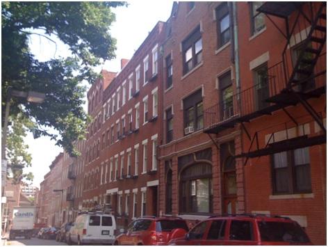 Tipik kırmızı Boston evlerinin olduğu bir sokak