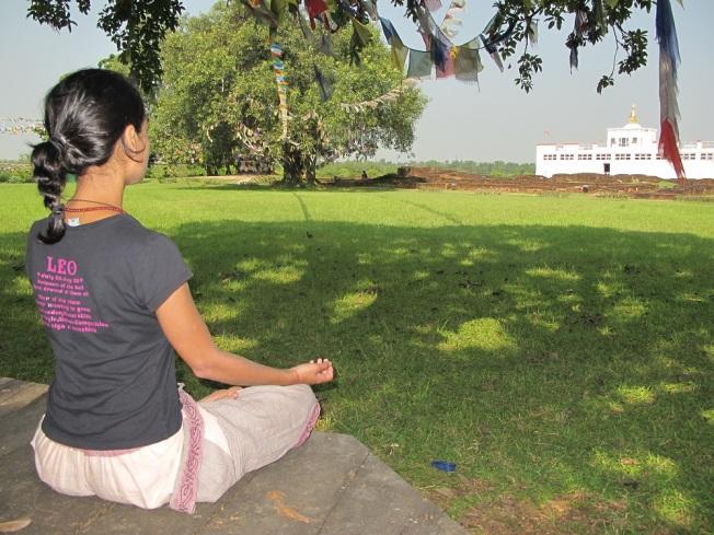 Lord Buddha'nın doğum yeri karşısında meditasyon...