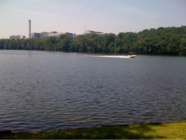 Göl ve karşısında UMASS