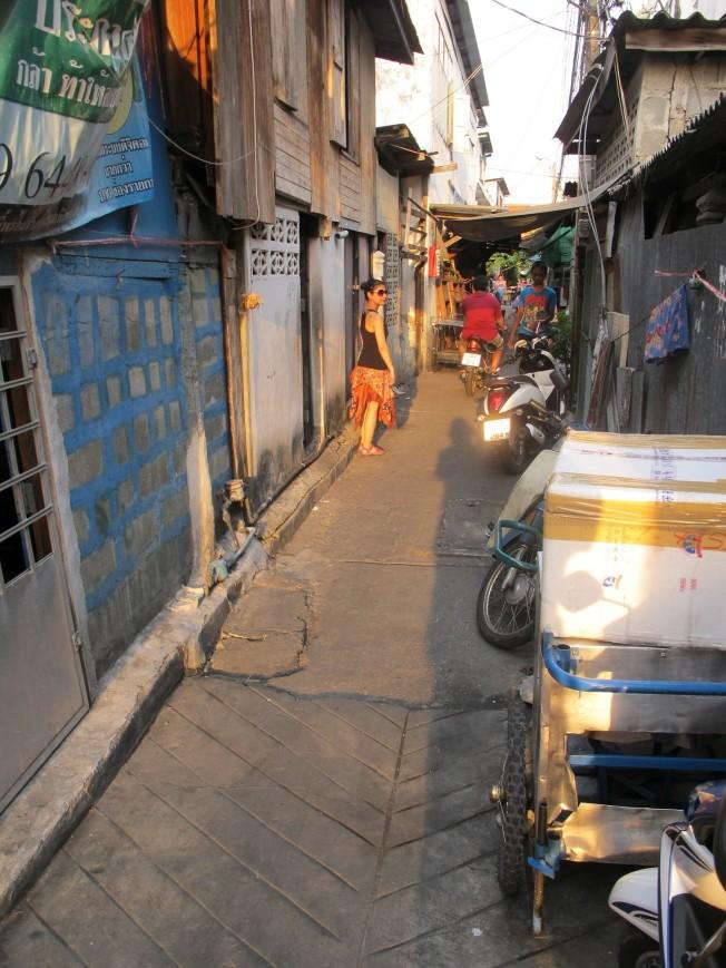 Bangkok'un dev alısveriş merkezleri ve gökdelenler arasında kendini gösteren öteki yüzü
