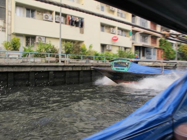 Çılgın bir şöförün elinde sürat motoruna dönüşmüş Khlong botu :)