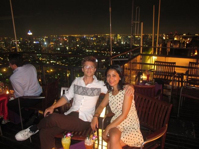 Til'in mecburen giyilmiş çirkin ayakkabı ve pantolonu ile Thai sosyetesinin yüzkarasıydık :)