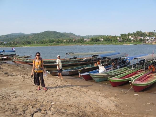 Sınırda bizi Laos tarafına geçirecek olan bota binmek üzereyken...