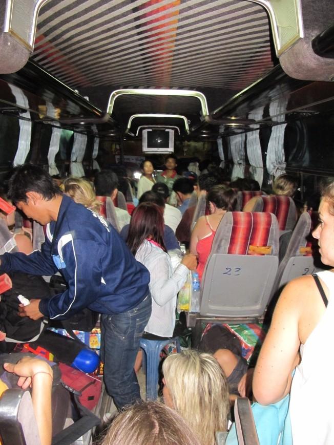12 saatimizi geçireceğimiz Luang Prabang otobüsü