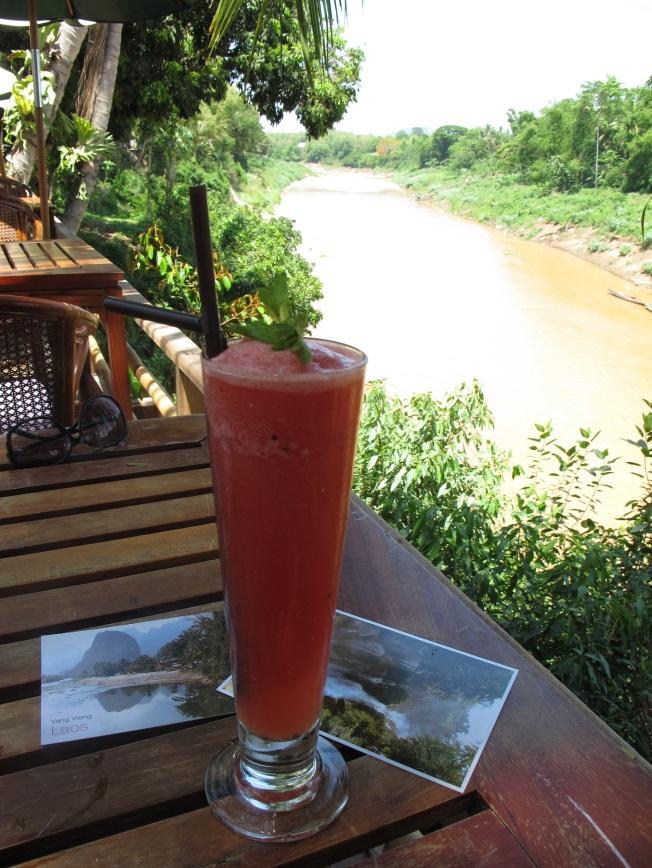 Karpuzlu shake, kartpostallar ve Mekong manzarası...