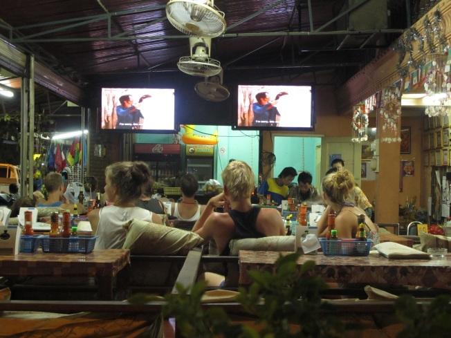 Tüm restoran ve kafelerdeki tipik manzara: Dev ekranlarda Friends ve diğer bilimum Amerikan TV dizileri ve ekranlara kilitlenmiş turistler :)