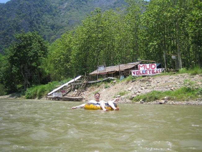 Kendimizi Nam Song Irmağı'nın sularına bıraktık. Arka planda yolumuzun üstündeki ilk tubing barı görülebilir :)