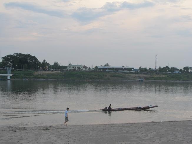 Mekong sahili ve karşı kıyıdaki Tayland