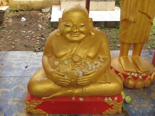 Şişman Buddha ve inananların buddhaya sunduğu pirinç topları