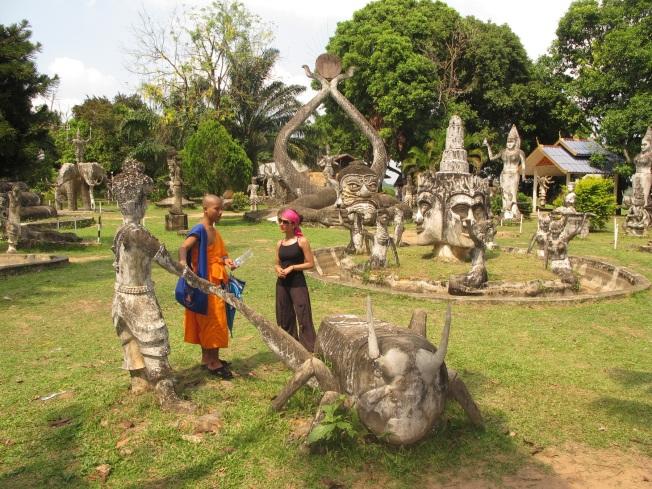 Buddha Park'ta öğrenci keşişle sohbet