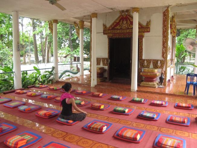 Wat Sok Pa Luang Tapınağı'nda Vipassana meditasyon seansını beklerken...