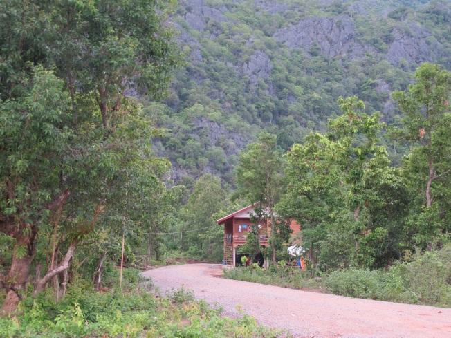Kong Lo Köyü'nden Kong Lo Mağarası'na giden yol...