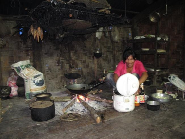 Ev sahibemiz akşam yemeğini pişirirken