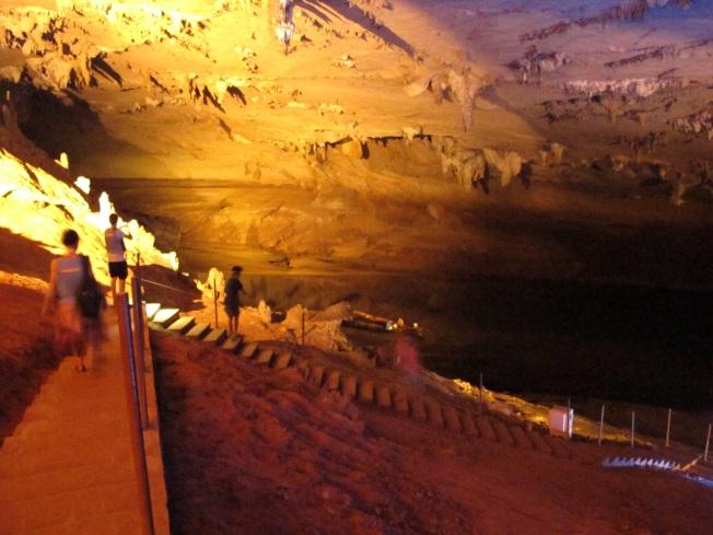 Mağarada keşif turu