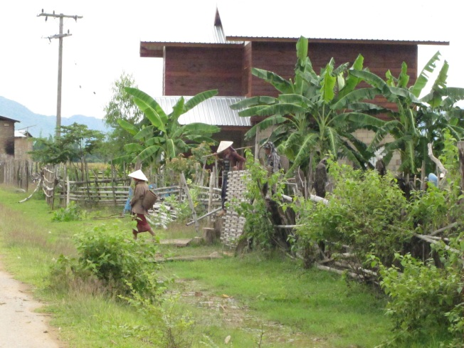Sabah erkenden tarlalara çalışmaya giden köylü kadınları