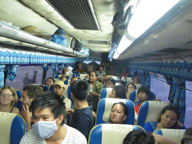 Bir Laos klasiği: Dolup taşmış gece otobüsü