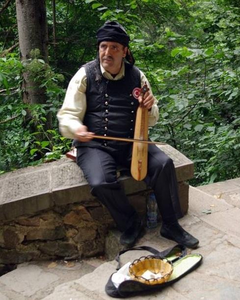 Yöresel Karadeniz kıyafetleri ve kemençe