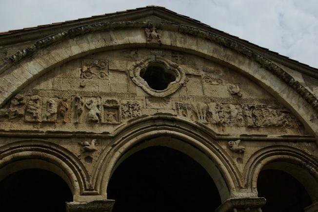 Yaratılış efsanesinin kabartması- En tepedeki tek başlı kartal Trabzon Rum İmparatorluğu sembolü- Çift başlı olursa Bizans sembolü. Kartal'ın başı,  imparatorluğun döndüğü yöne hükmettiğini simgeliyor.