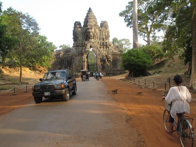 Klasik yol manzaraları: Lüks arabaların yanısıra tuk-tuk ve bisikletler. Ve tabi ki maymunlar :)