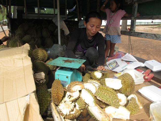 Durian satıcısı bizim için bir tanesini kesip temizlerken..