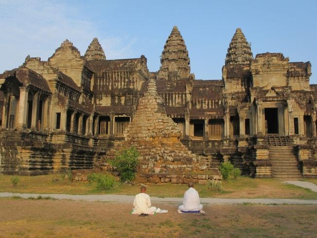 Angkor Wat ve önünde ibadet eden budist keşişler