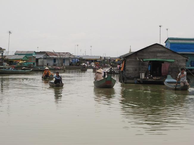Kompong Luong yüzen köyünde sıradan bir gün