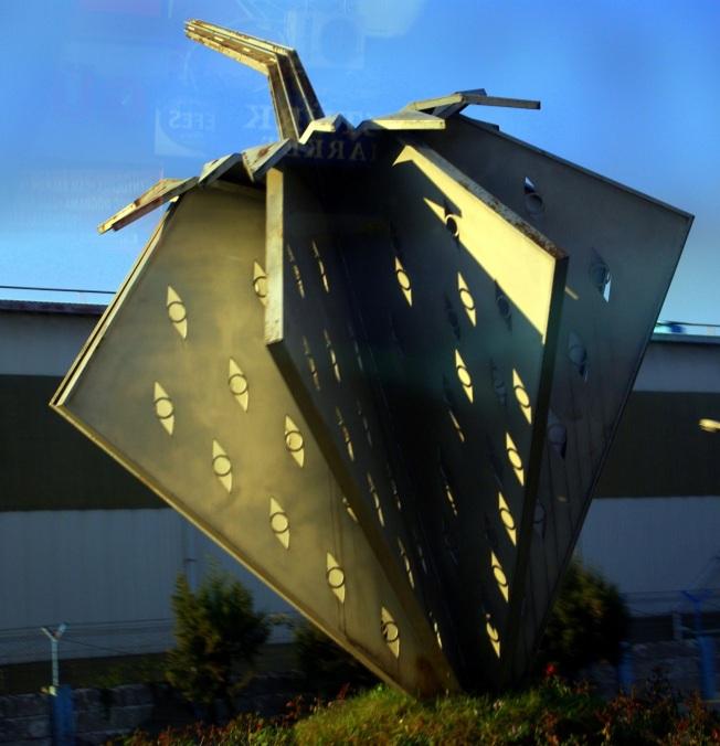 Ereğli'nin modern çilek heykeli, dikkatli bakarsanız yansıma görebilirsiniz, otobüsün içinden çektiğim için fotoğrafı. Bu yansımayı nasıl silebileceğimi bilen varsa lütfen yorum yazsın.