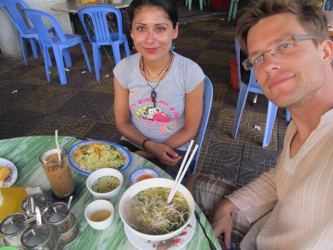 Tipik bir Asya kahvaltısı: Kızarmış sebzeli pirinç, makarna çorbası ve buzlu tatlı kahve