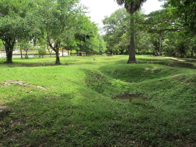 Bu yemyeşil, ağaçlık, park görünümündeki yer aslında bir toplu mezar - Ölüm Tarlaları