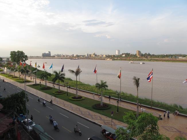 Phnom Penh'in nehir kıyısındaki yürüyüş yolu