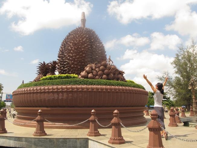 Durian heykeliyle karşılaşmanın sevincini yaşarken...