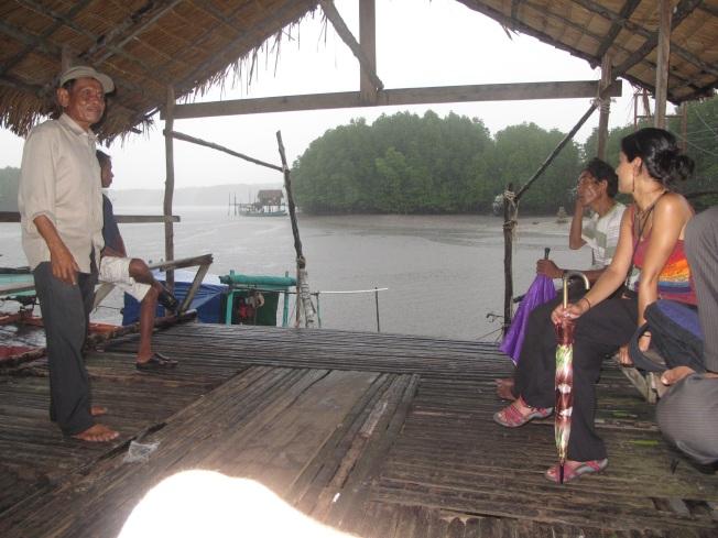 Yağmur belki durur umuduyla bir süre tekne turu hareket noktasında bekledik. Durmadı.