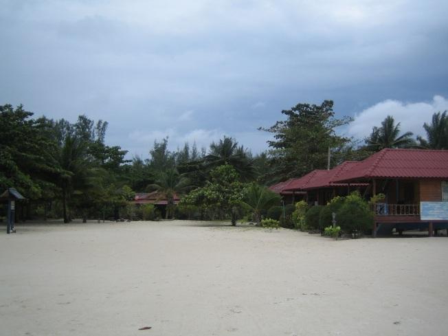 Kaldığım bungalov grubu olan Seaview Rainbow'un sahilden görünüşü