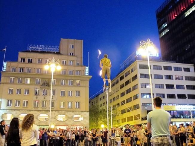 Şehir meydanında sokak gösterileri