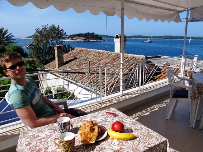 Hvar Adası'ndaki favori kahvaltı mekanımız: Pansiyon odamızın terası