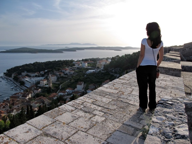 Tepedeki şehir surlarından günbatımı manzarası