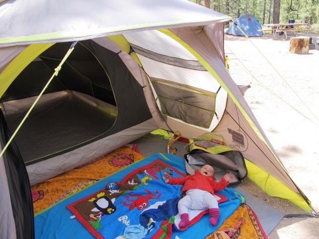 Çadırımızın önündeki küçük açık alana serdiğimiz oyun battaniyesi Maya için güzel bir oyun alanı oldu.
