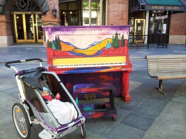 Street Mall boyunca yol üzerinde halkın kullanımına açık böyle piyanolar var, isteyen oturup başına uzun uzun çalıyor.