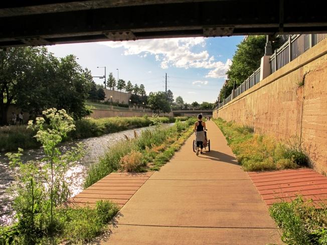 Nehir kenarındaki güzel yürüyüş yolu
