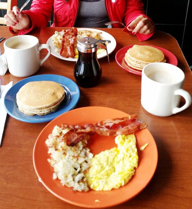 Tek kişilik kahvaltı porsiyonunun ikiye bölünmüş halidir